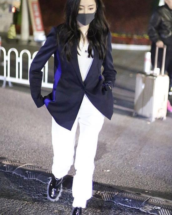 张天爱西装外套穿出时尚酷帅,有这身材样貌,我也可以轻松驾驭