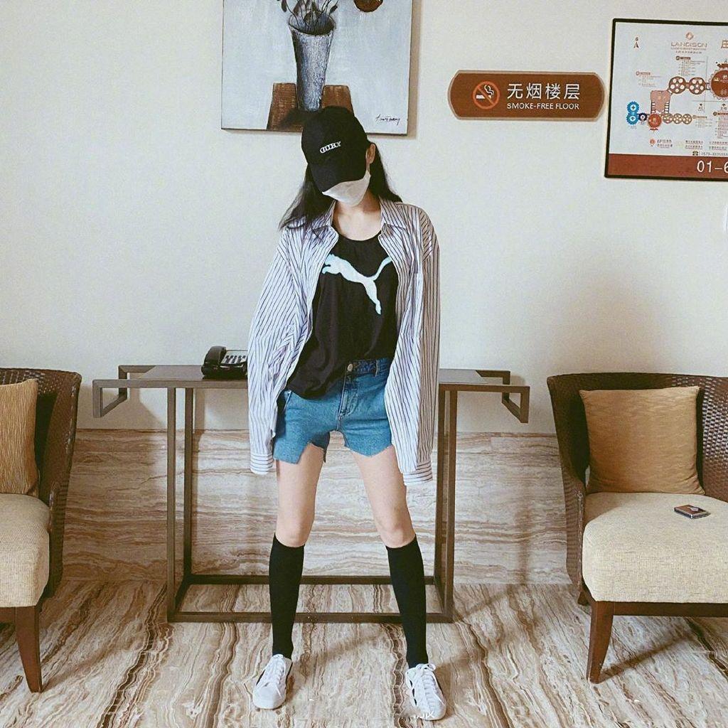 古力娜扎ins发布私服照~身穿黑色内搭搭配竖条纹衬衫,又白又瘦