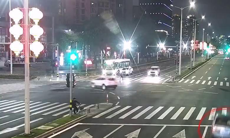 广东省珠海市发生一起严重车祸,位于香洲区官村,事故致1人遇难