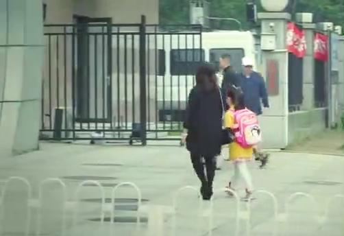 外地户口入不了北京的学校,小伙只好求助朋友,找到一间差的学校