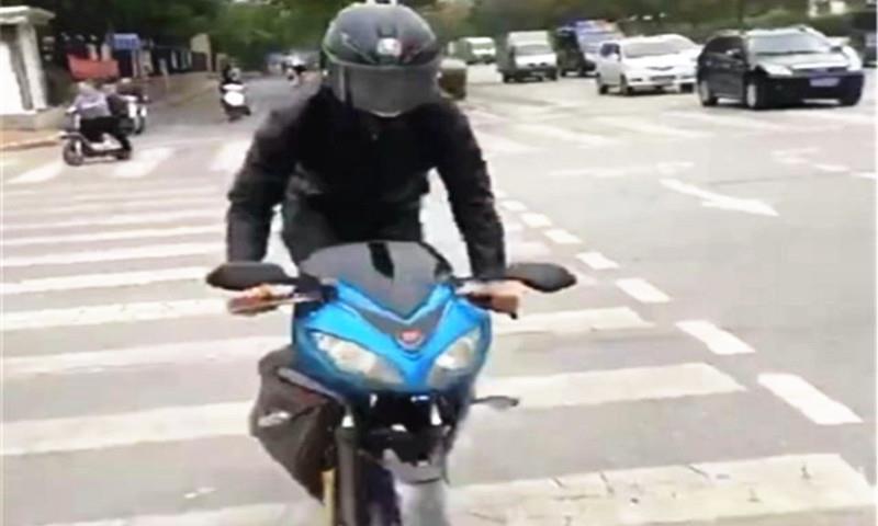"""男子骑""""川崎摩托车""""上街,看到后轮后,网友:这是真正的脚艺人"""