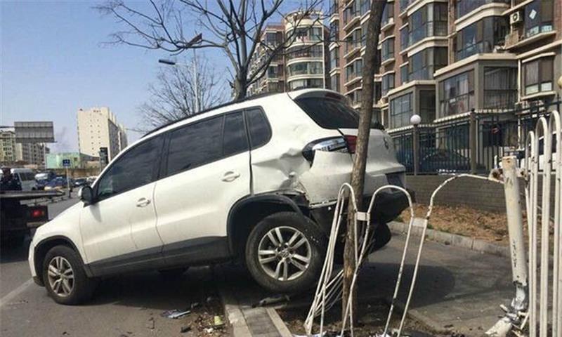 女司机又出神操作,撞上停车场唯一1辆劳斯莱斯,这是有多激动?