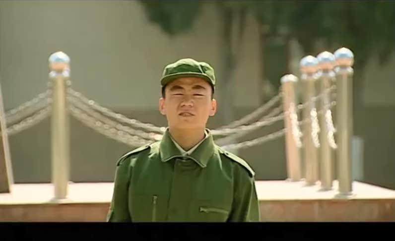 新兵刚入伍练习军姿,不料班长怎么教都教不会,气的班长直咬牙