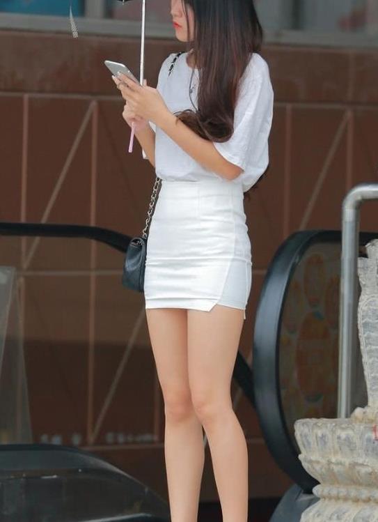 白色T恤搭配白色包臀裙,穿一双小白鞋,白色系搭配凸显微胖身材