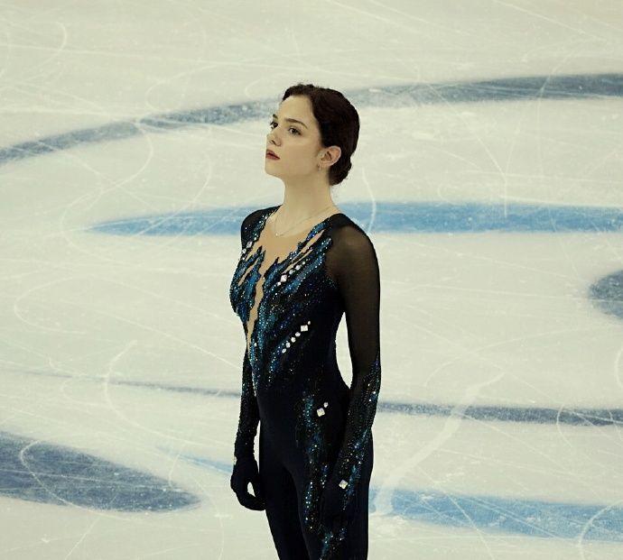 高清:花样滑冰上海超级杯梅德韦杰娃居首 冰面翩翩起舞美若天仙
