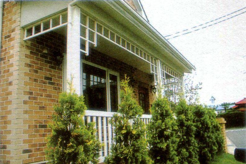 私人花园型庭院,藤架、木栅栏、护栏、鲜花创造私人的休闲空间