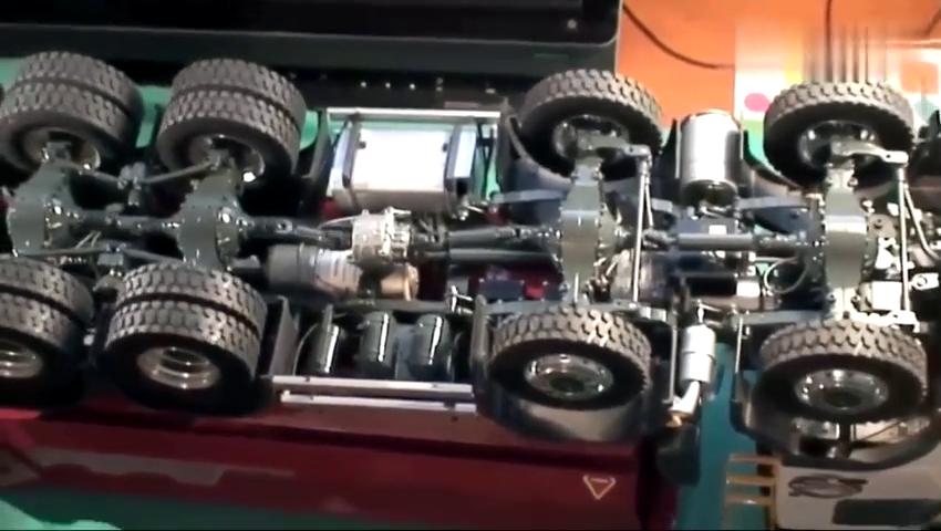 近距离观察车模型盘底,懂行的能看出牵引力怎样吗?