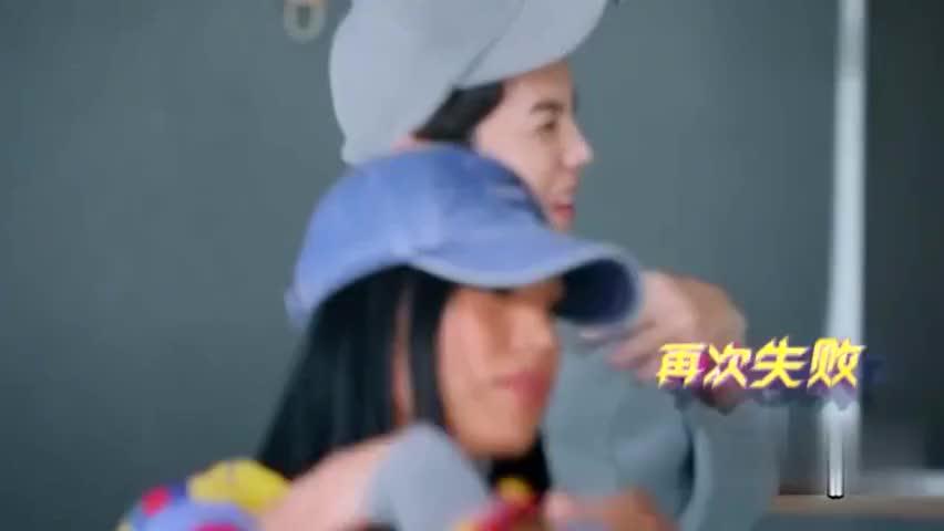 鹿晗和美女练习生跳舞,自己频频忘动作,急的眨眼好可爱!