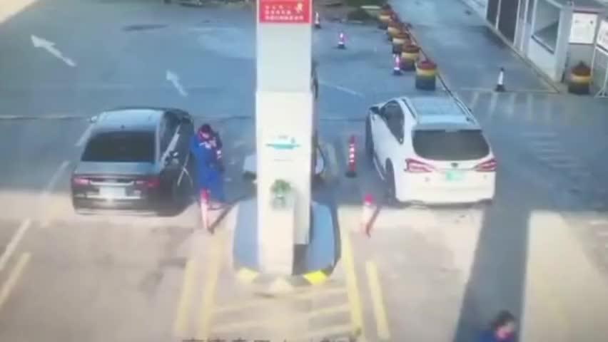 监拍:轿车加完油后冒浓烟 司机慌张下车远离 加油站员工冷静处置