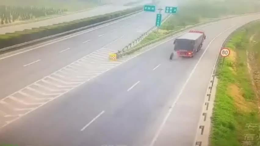 监拍:货车在高速路行驶时发生意外 车胎接连掉落滚向路旁