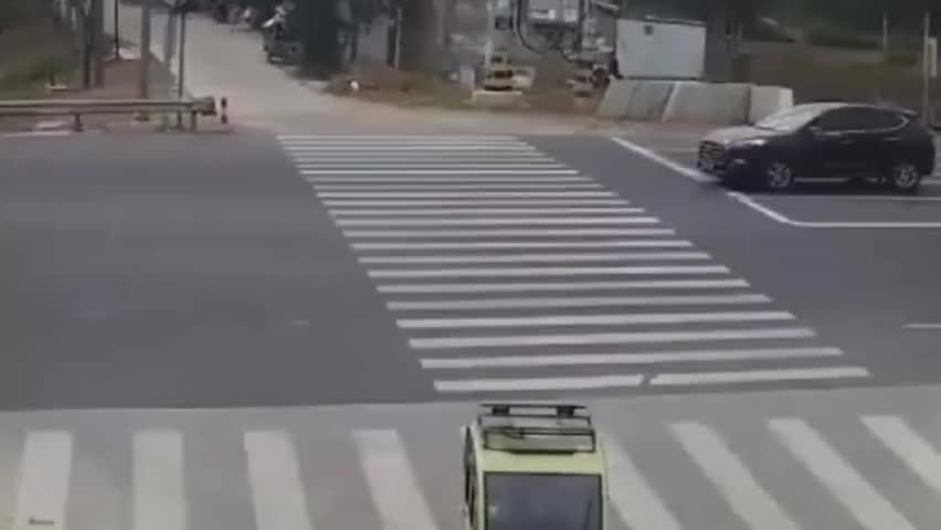 """监拍:黑车白车十字路口""""争锋"""" 白车力大顶翻不让直行的黑车"""