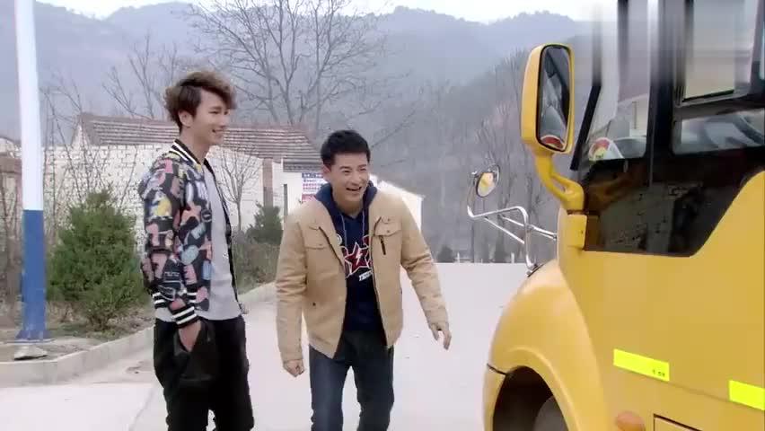小伙为村里买了一辆校车,因为坐的学生太少了,想把车给退了