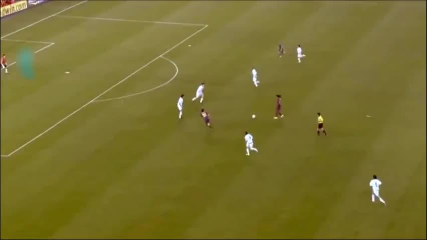 球场上小罗为梅西作的几次绿叶,这也是巴萨两代球王的正式交接