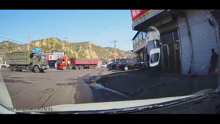 行车记录仪:一声爆胎响,激起千层浪,求另一辆货车的心理面积