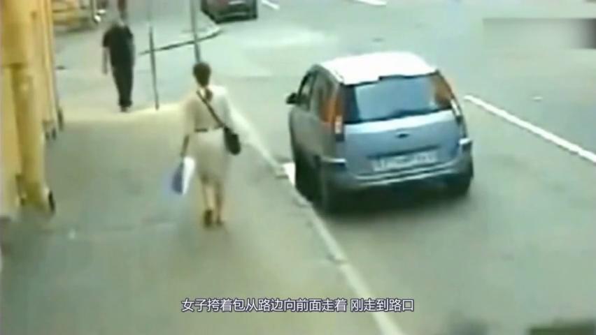 美女走到街角,突然冲过来两辆汽车,下一秒连死神都奈何不了她