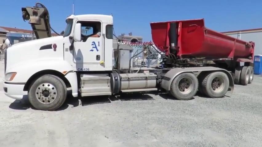 第一次见,这辆半挂车卸货方式很另类,液压油缸是亮点
