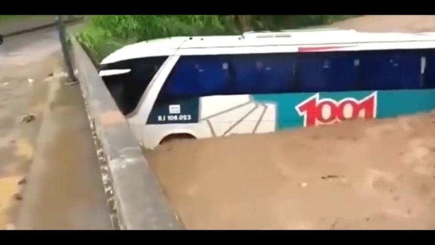 实拍:洪水爆发带走大巴车,桥梁都没能挡住!自然界的威力真大!