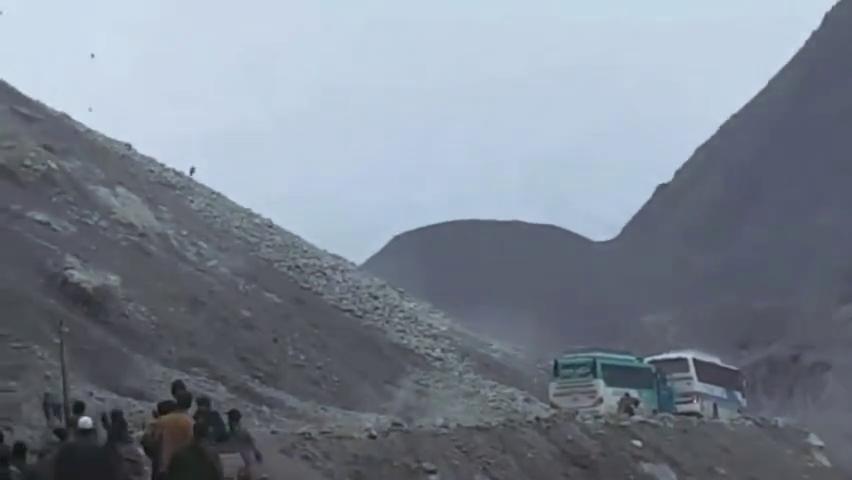 实拍山体滑坡巨石从山顶滚滚而下的场面,刚好有两辆汽车路过!
