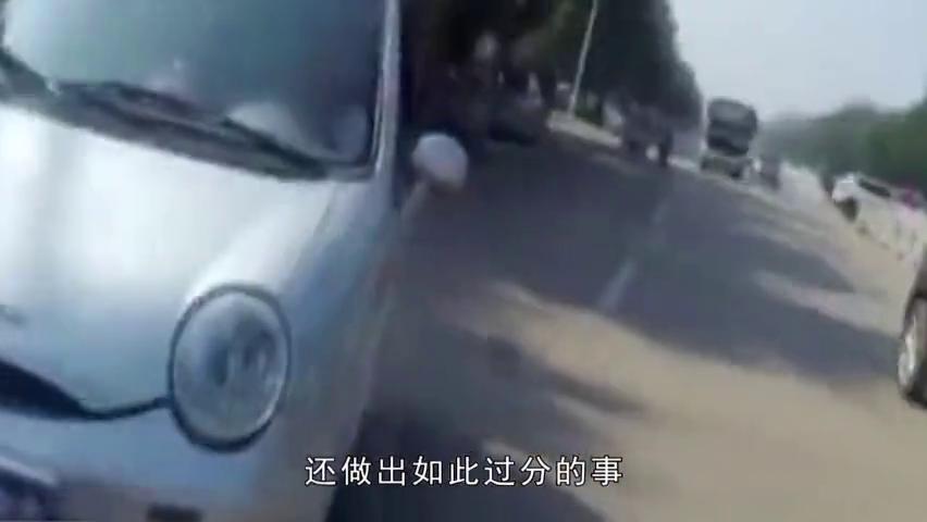电动汽车被车查疯狂闯卡,交警拦截被撞骨折,司机装傻不知!