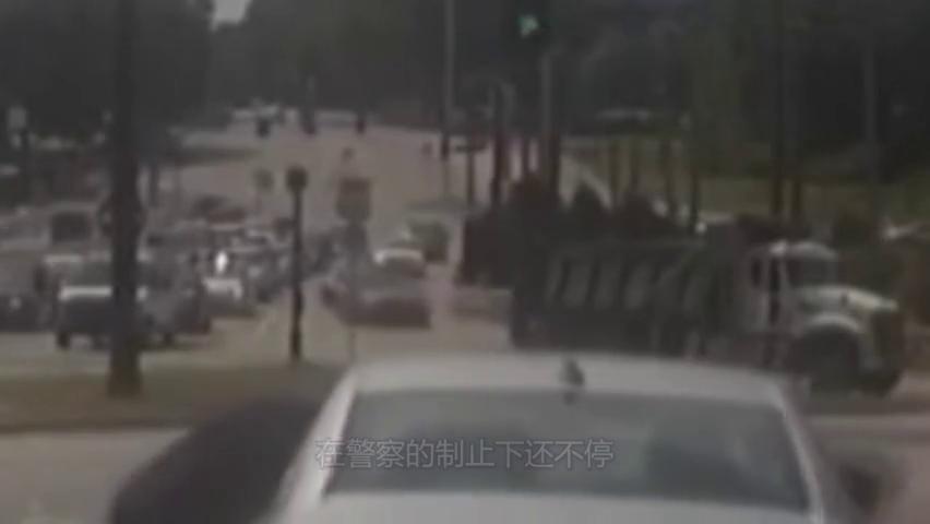 惊险!警察逮捕嫌疑犯,不料嫌疑犯开车踩油门就是跑!