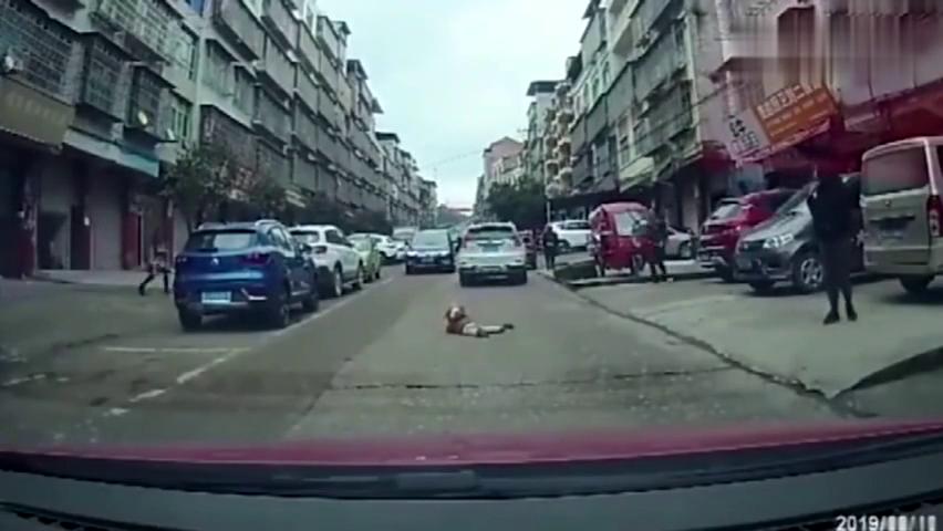 白车路口转弯,众人发现不对劲,下一秒难以置信