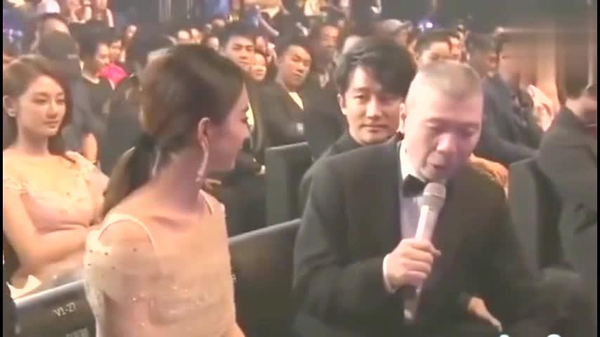 冯小刚采访赵丽颖黄轩一直盯着看她老公就坐在旁边