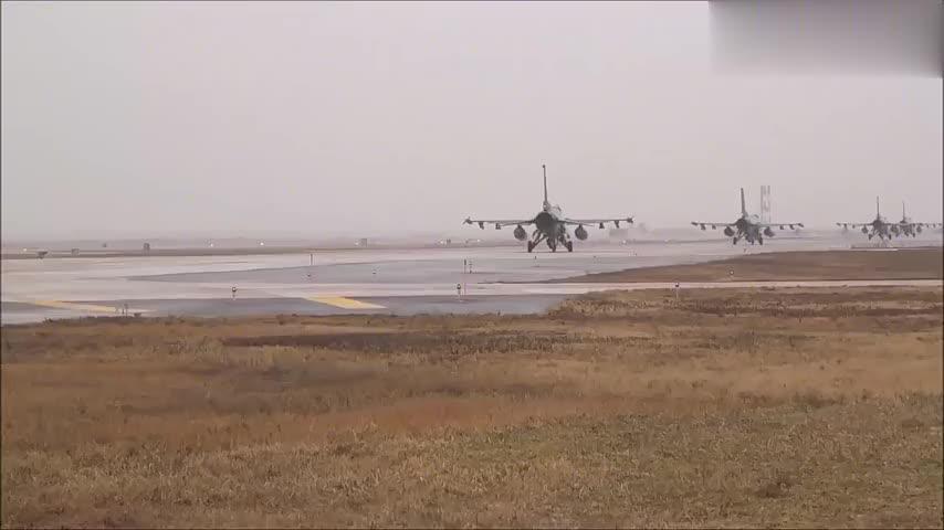"""美制F-16""""战隼""""一架接一架起飞升空"""
