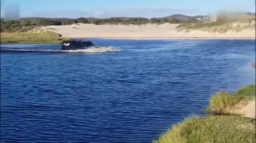 到底是车好,还是胆够肥?这几个澳大利亚人如此开车过河