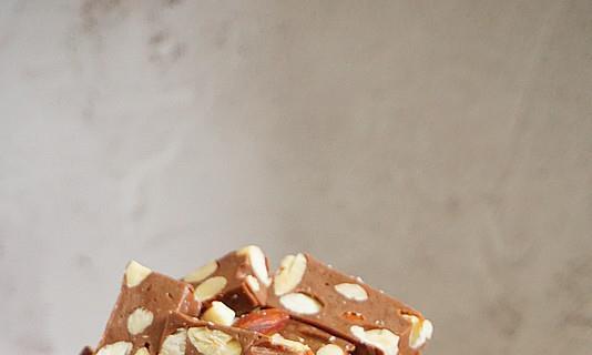 私房热卖的巧克力杏仁牛轧糖,自己在家也能做,简单实惠特别好做