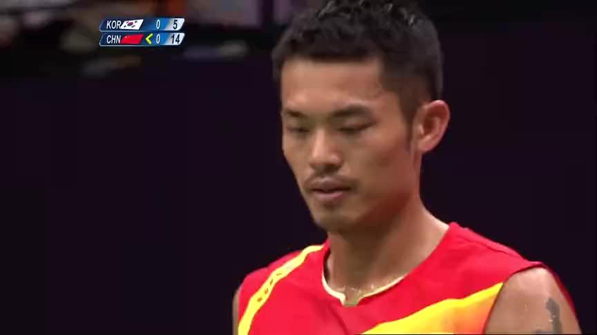 幸运之神光顾了林丹,一个擦网球得分,蔡振华李永波脸上洋溢幸福