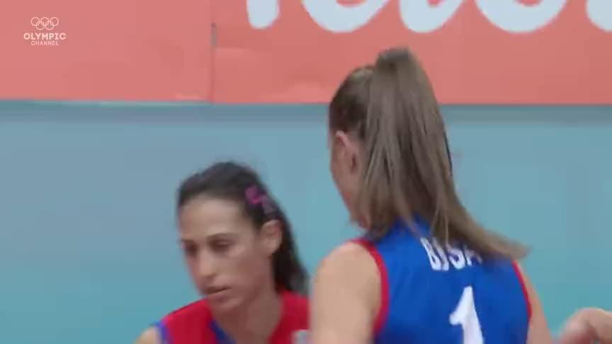 里约奥运会女排决赛,丁霞拦住对手后激动冲出赛场和主教练击掌