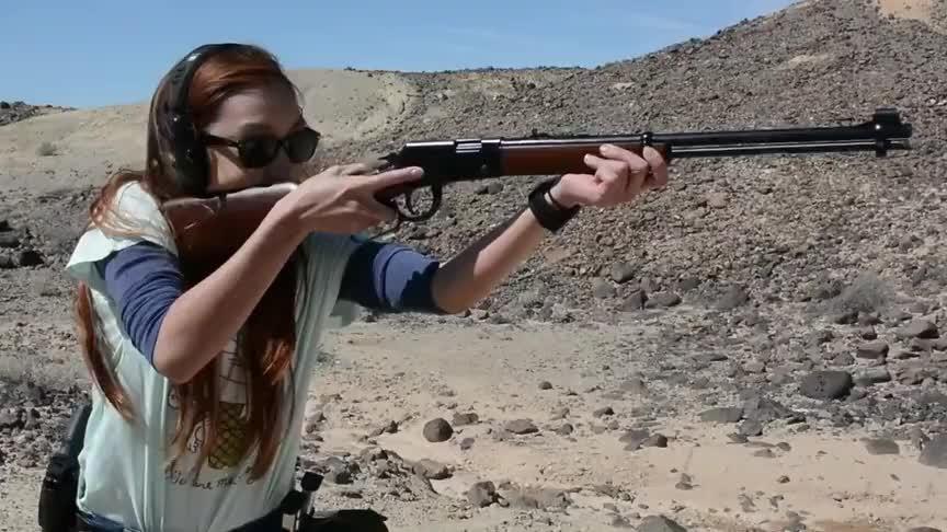 外国妹子学射击,手握AR,头顶相机,专业范十足!