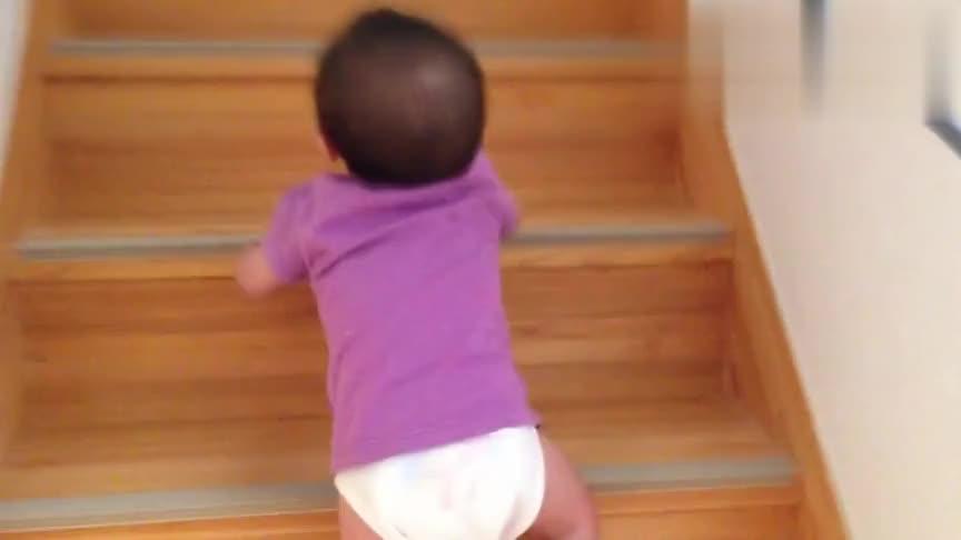 8个月小宝宝慢慢向上爬楼梯,看得我好着急,生怕他掉下来