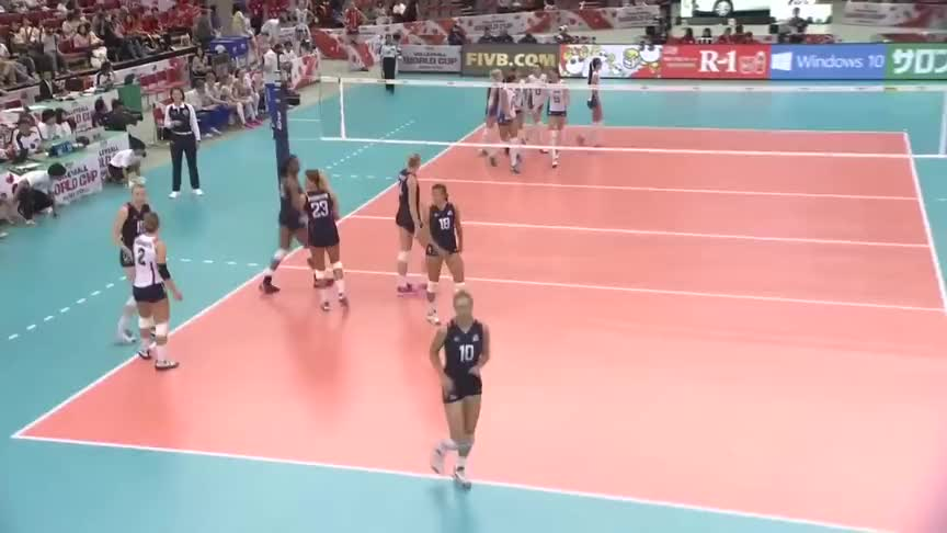 美国女排四号位快攻未过网,裁判给俄罗斯女排加了分
