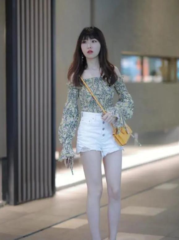 小姐姐一字肩的碎花雪纺衫搭白色短裤,彰显时尚个性