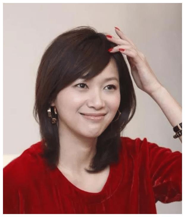徐静蕾恋爱11年未婚,今与黄立行现身被拍,衣服宽松引人猜测?