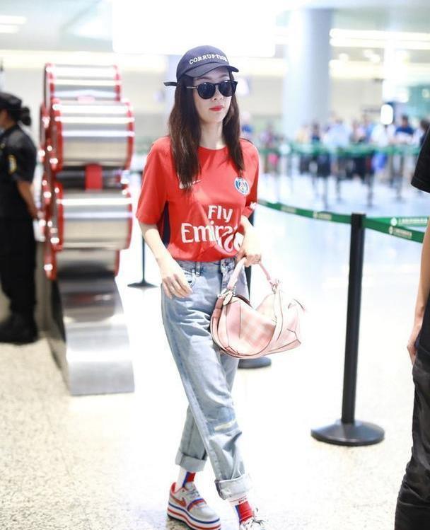 霍思燕搭配越来越年轻,红色T恤配牛仔裤超时髦,撞色袜子太吸睛