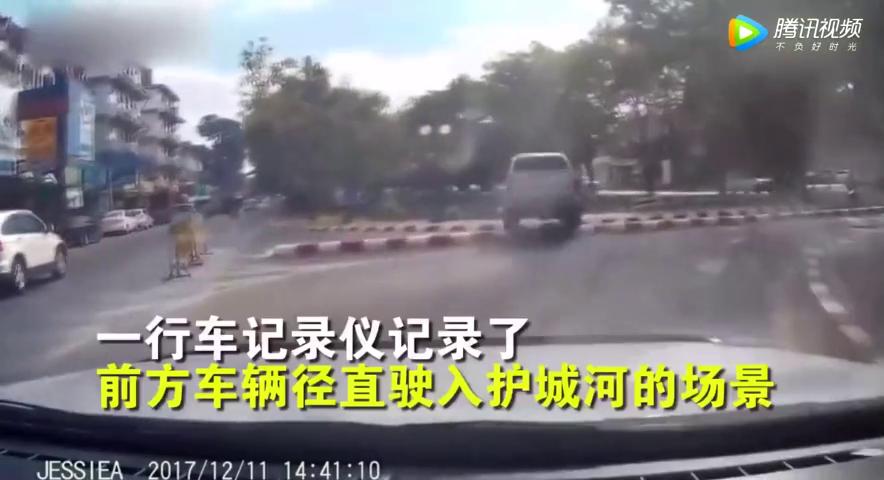行车记录仪拍下惊险一幕汽车失控开进护城河