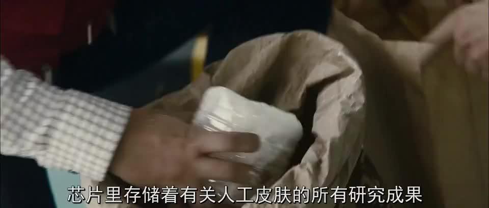 外国好乱,大批示威者拦下救护车扔鸡蛋石灰,场面一度失控