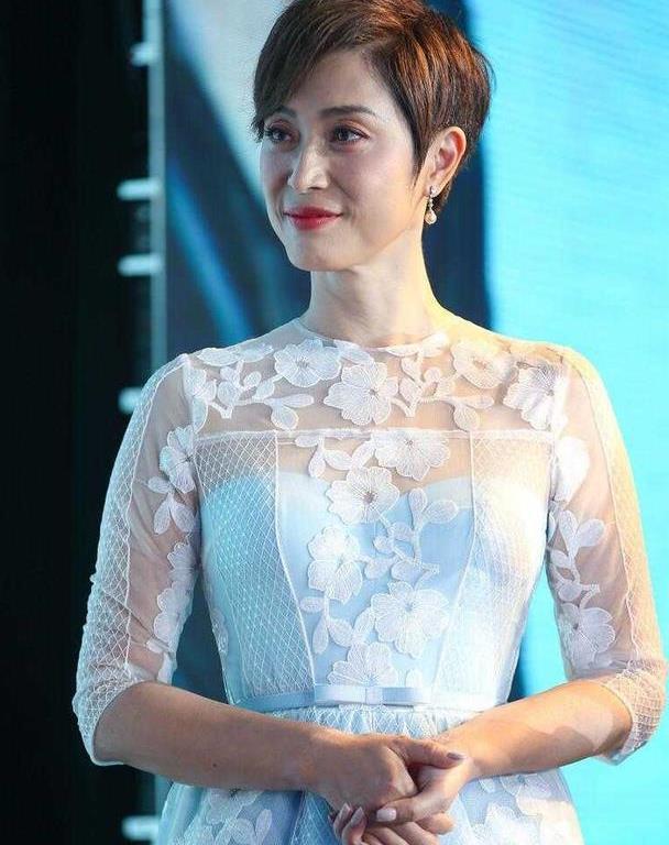 陈法蓉无滤镜也一样能扛,穿薄纱刺绣连衣裙太优雅,不像53岁