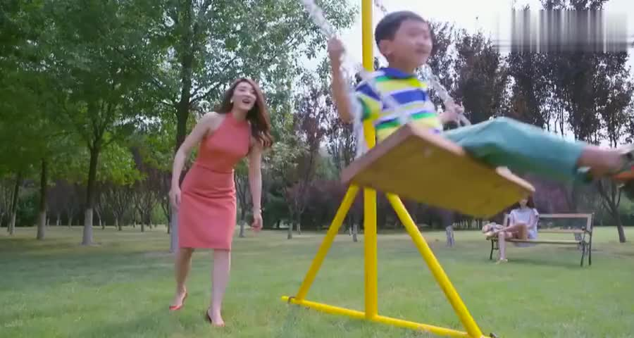 美女带孩子出来玩,闺蜜一个电话叫来他,美女一看竟是自己前男友