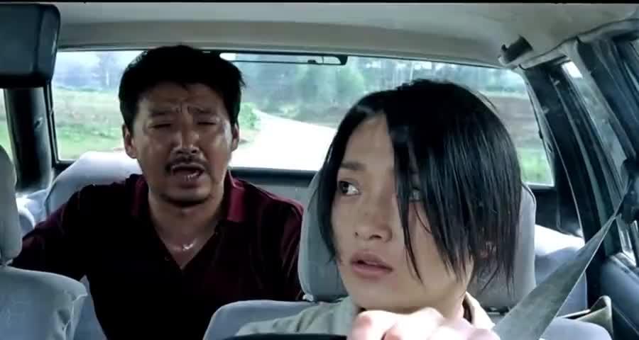 车上有歹徒女司机故意在车上留个记号,大叔看到后秒懂立刻报警