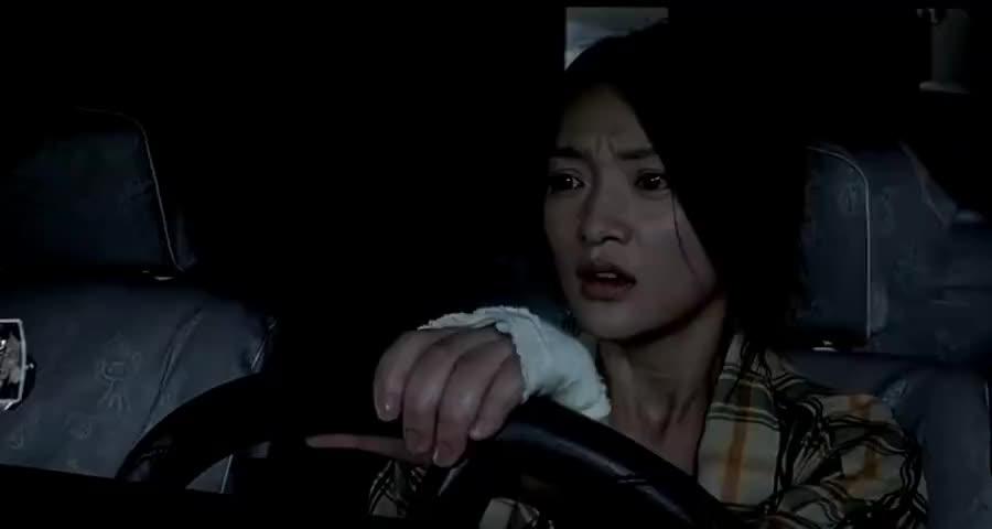 美女开车未追到负心汉的妻子,没想前男友从桥上掉下来,瞬间崩溃