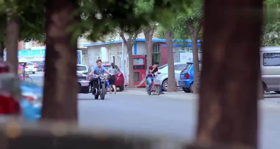 富二代开百万路虎,看小舅子骑摩托车,当场把自己的路虎送给他开