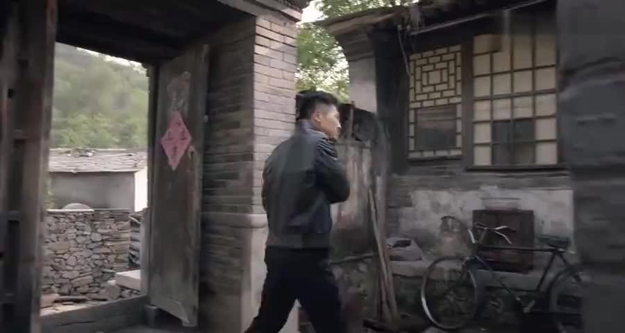 儿子回农村家,戴个墨镜一身皮衣皮鞋,老母亲差点都没认出来