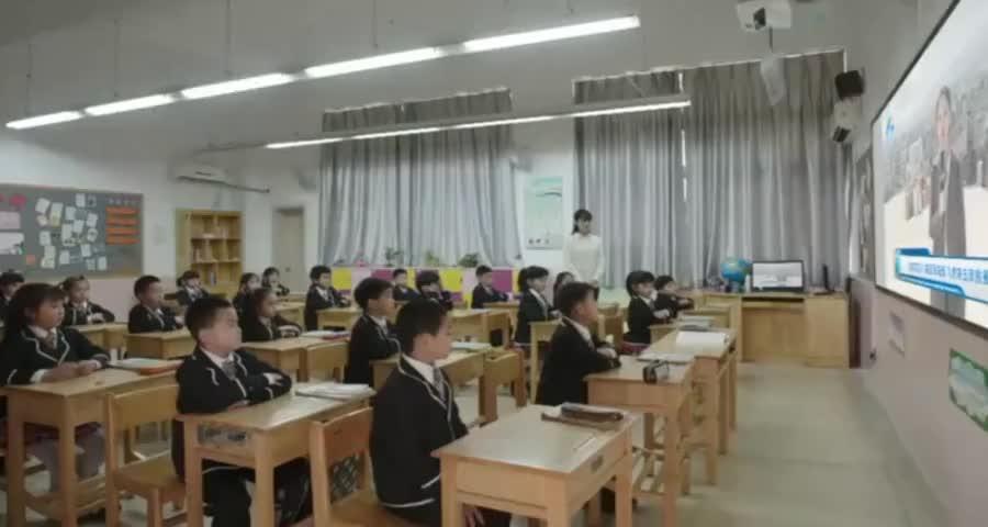学校组织观看救灾新闻,小女孩一眼认出特种兵爸爸,哭着喊爸爸