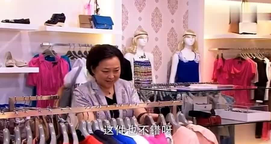 老奶奶给女孩挑衣服,谁知眼光这么好,一身白裙瞬间照亮女孩的美