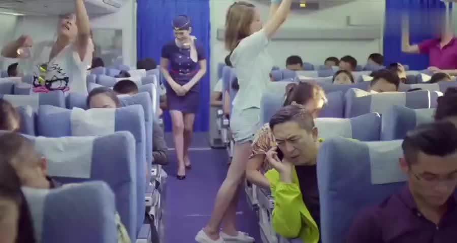 老马飞机打电话关心女儿,小米飞机放行李,贴身衣服全掉老马身上