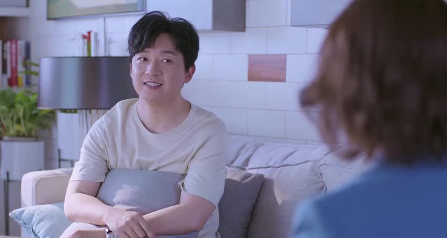 老婆向小伙坦白自己失业,小伙说自己养家,顺便还买了一套房