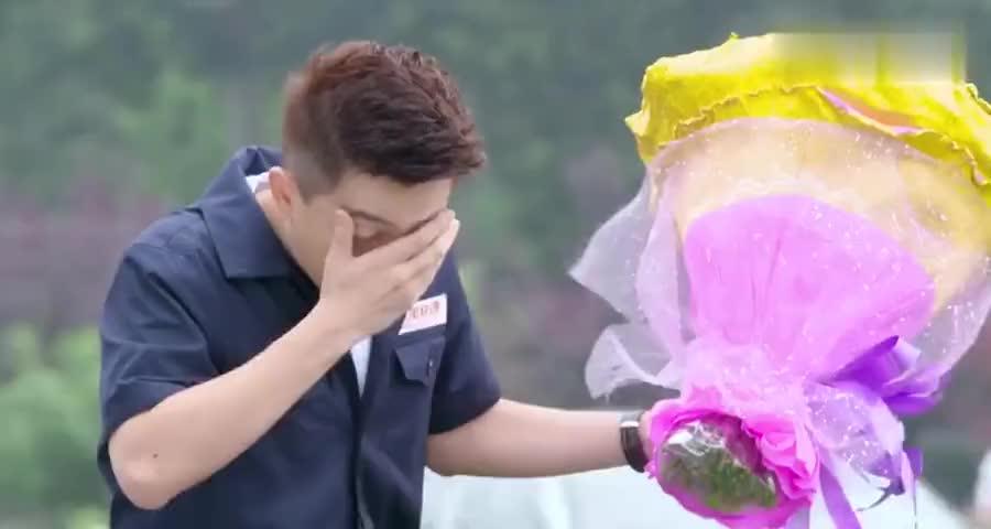男子花粉过敏偏送花,小伙卡上看到美女名,此时美女正假扮丑姑娘